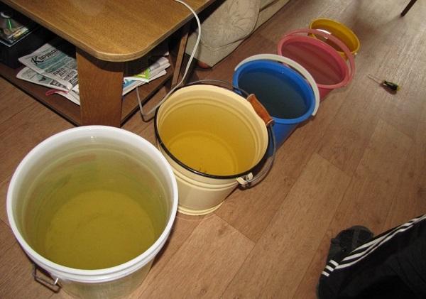 Еще нужно подготовить емкости, в которые вы будете сливать воду