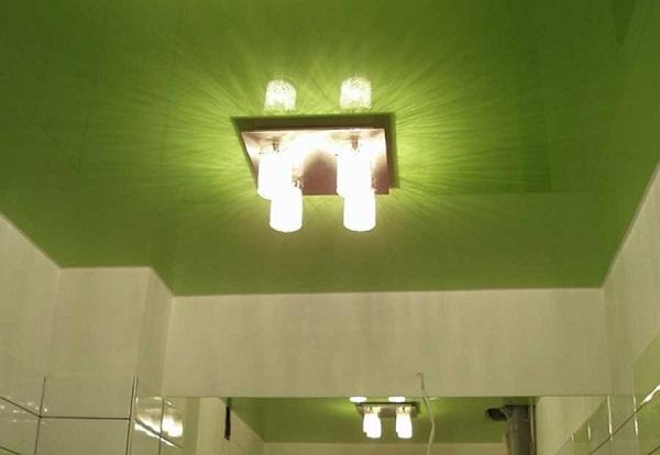 Ванная с травянисто-зеленым сатиновым потолком и оригинальным светильником