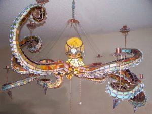 Оригинальная люстра в виде осьминога