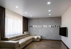 Гостиная в минималистическом стиле с натяжным сатиновым потолком