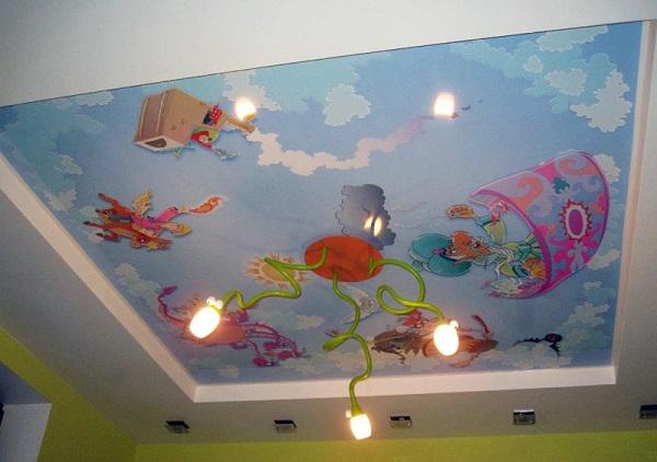 Потолок с рисунком в детской комнате