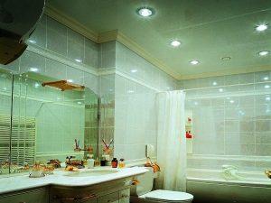 Сатиновый потолок в ванной комнате со встроенным освещением