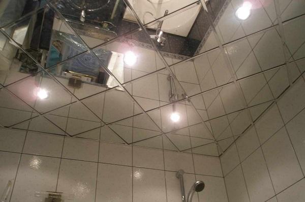 Зеркальный потолок в ванне