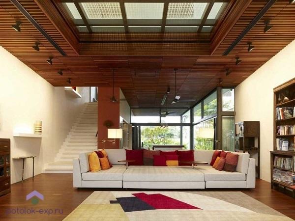 Современный потолок из дерева