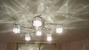Какие люстры подходят для натяжных потолков