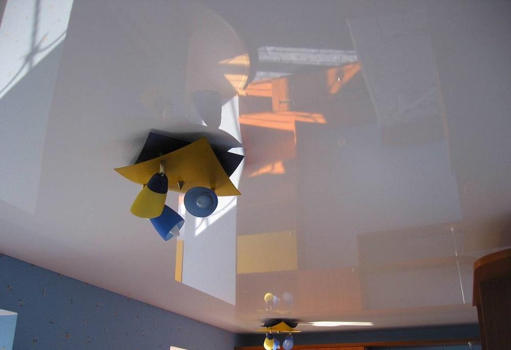 Как помыть натяжной потолок глянцевый без разводов