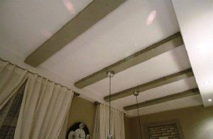 С помощью натяжных потолков можно полностью закрыть балки или ниши между ними