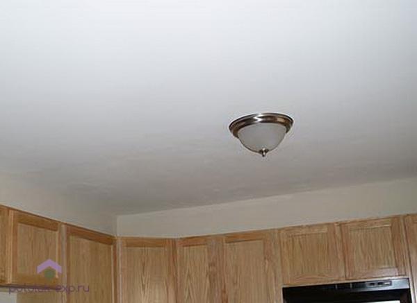 После побелки потолок сохранит белизну и свежесть 2-4 года