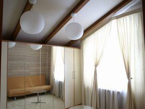 Оригинальный вариант - гипсокартонный потолок с выступающими балками
