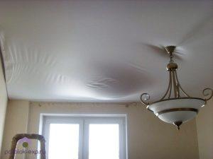 Тканевые потолки, в отличие от ПВХ, могут выдерживать лишь небольшое количество воды