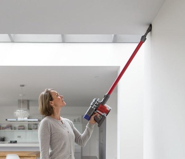 Вначале всю поверхность потолка нужно пропылесосить