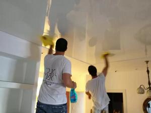 Сухое протирание глянцевого натяжного потолка