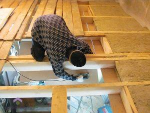 Сборка потолка в деревянном доме
