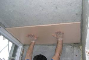 Бескаркасная звукоизоляция потолка пенопластом