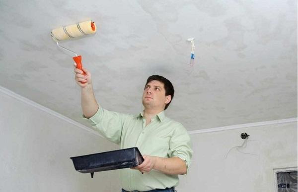 Смачивание потолка при помощи валика