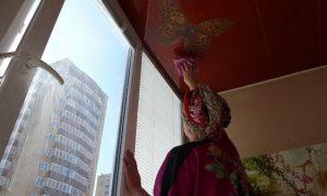Вытирание глянцевого потолка насухо