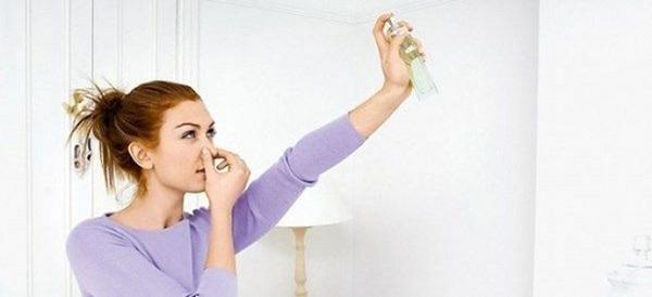 Низкокачественные натяжные потолки постоянно источают неприятный запах