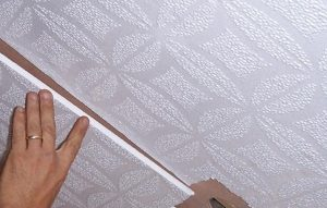 Как правильно клеить плитку на потолок