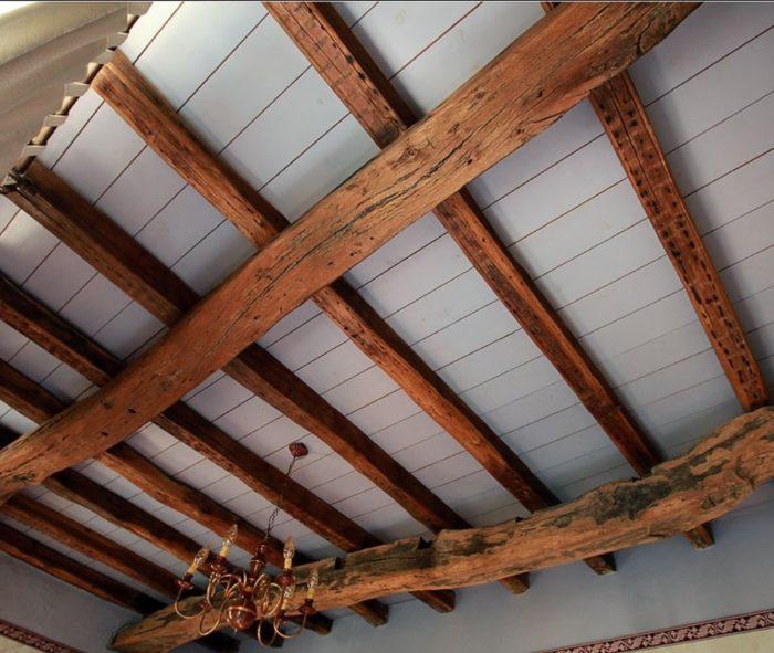 Балки на потолке в деревенском стиле