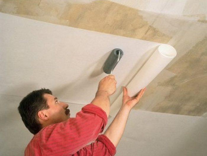 Поклейка обоев на фанерный потолок