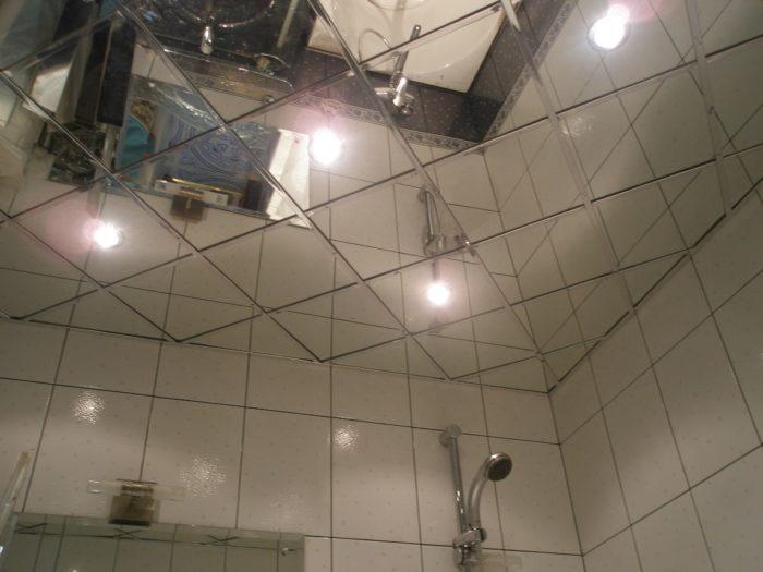 Поклейка зеркальной плитки на потолок