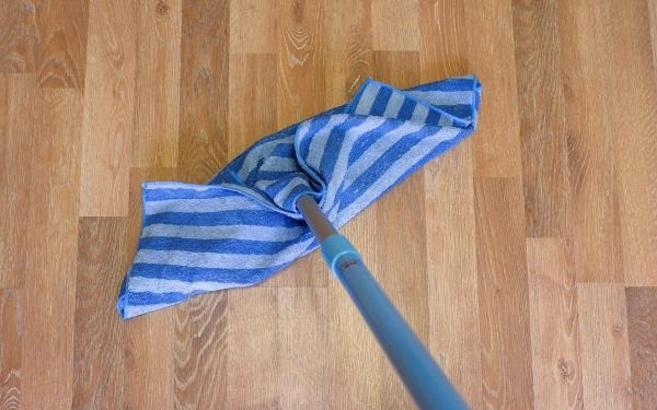 При использовании швабры нужно обмотать все острые края тряпкой