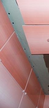 Как наклеить потолочную плитку на неровный потолок