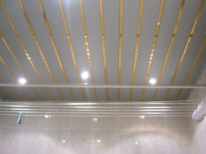Подвесной потолок в ванную реечный