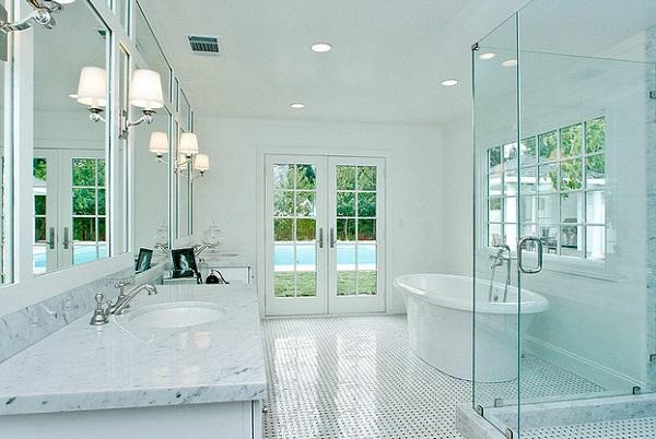 Классический белый потолок хорошо смотрится в помещениях со строгими линиями и белой сантехникой