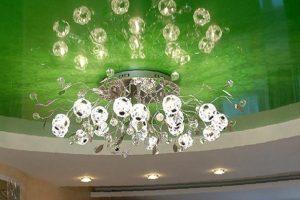 Люстра на глянцевом натяжном потолке зеленого цвета