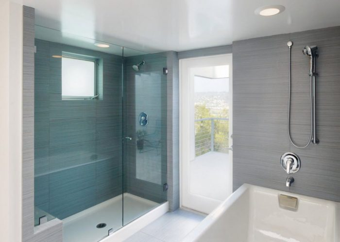 На натяжном потолке в ванной комнате остаются следы от многочисленных капель воды, попадающих на поверхность натяжного потолка и впоследствии высыхающих на нем