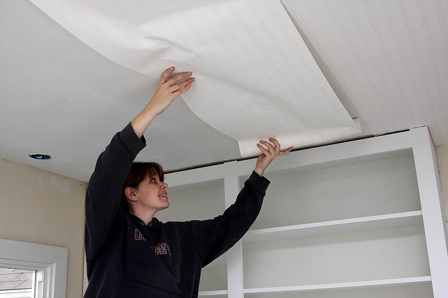 Клеить обои на потолок крайне неудобно, поскольку все работы выполняются над головой