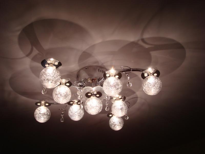Оригинальные плафоны создают игру теней на потолке