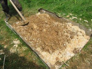 Приготовление смеси глины и опилок