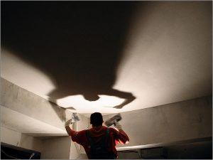 Проверка потолка с помощью лампы