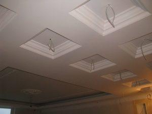 Подготовленный к покраске потолок. Проводка под светильники на кессонном потолке