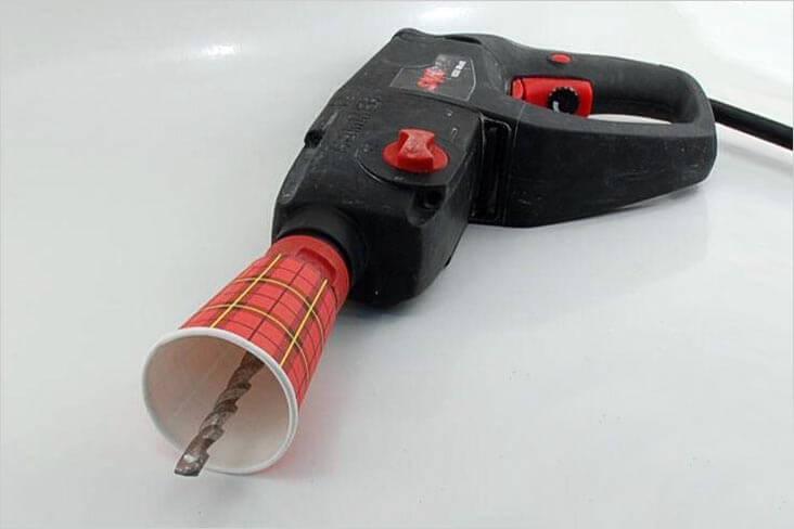 С помощью стакана, надетого на сверло, можно избежать пыли