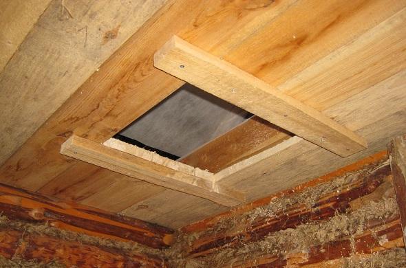 Заготовленное отверстие для дымохода в подшивном потолке