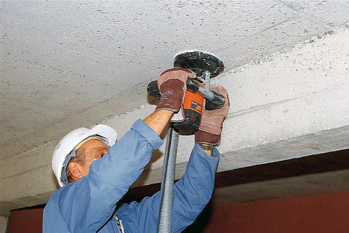 Удаление краски с потолка шлифовальной машинкой