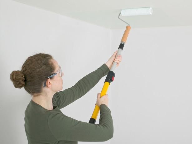 Как красить потолок валиком