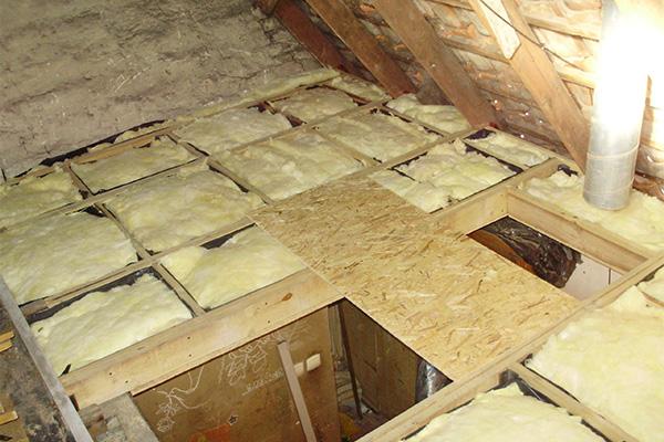 Минеральная вата – наиболее распространенный вариант утеплителя для потолка в бане