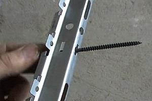 Как уже говорилось, имеется несколько подходов к подвесу стрингеров к потолочной поверхности.