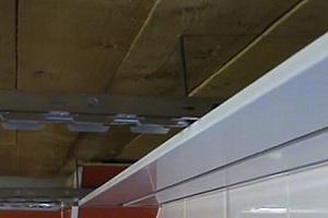 Обратите внимание – в данном случае монтируется потолок открытого типа, а панели устанавливаются с просветом одна от другой.
