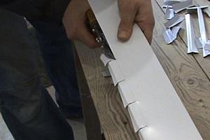 И, наконец, можно просто по намеченной линии резать ножницами.
