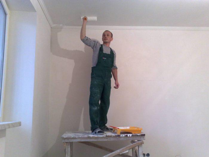 Красить потолок лучше при дневном свете