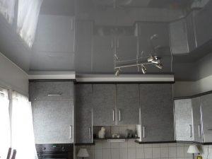 Свет, отражаемый глянцевым натяжным потолком, может раздражать зрение