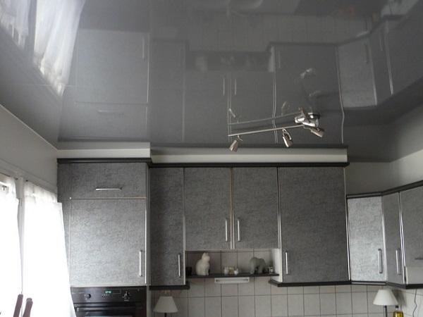 Свет, парируемый глянцевым натяжным потолком, может нервировать зрение