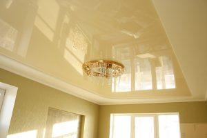 Потолок, покрытый глянцевой краской