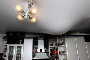 Как отмечалось ранее, натяжные потолки устойчивы к протечкам воды, чем выгодно отличаются от побелки и краски