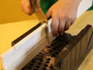 Резка деревянного потолочного плинтуса в стусле